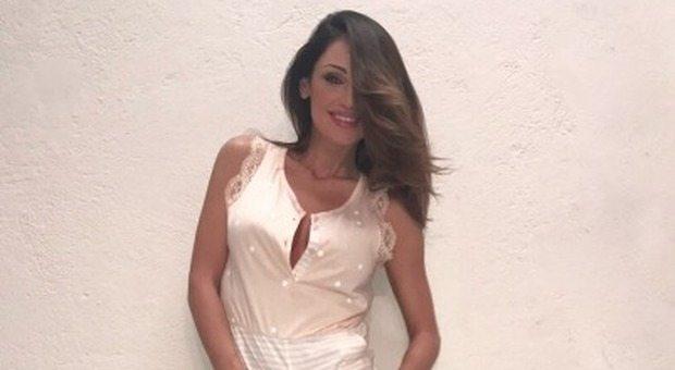 Anna Tatangelo sexy segretaria su Instagram: occhiali e seno esplosivo fanno impazzire i fan