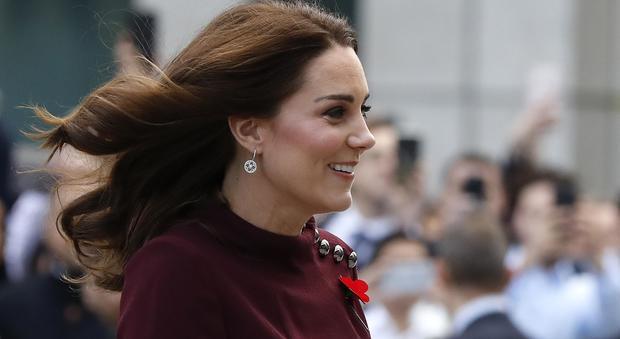 """Kate Middleton, sull'abito il """"papavero del ricordo"""". Ecco perché"""