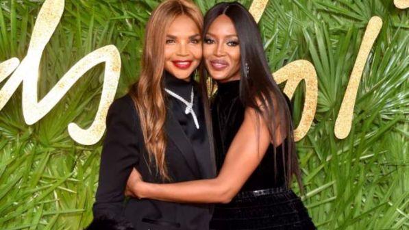 Naomi Campbell sfila con mamma Valerie... e sembrano sorelle