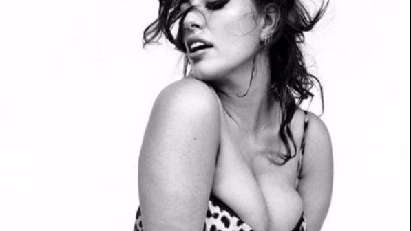 Ashley Graham sfoggia le sue sexy curve plus-size e celebra il fascino delle pin-up