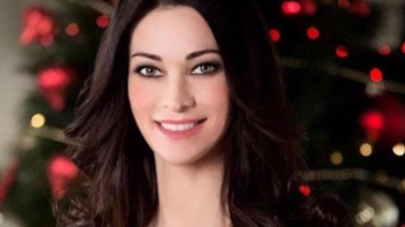 Manuela Arcuri esagera con Photoshop, i fan la riempiono di commenti al vetriolo sui social