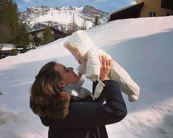 Tania Cagnotto, prima uscita sulla neve con figlia Maya