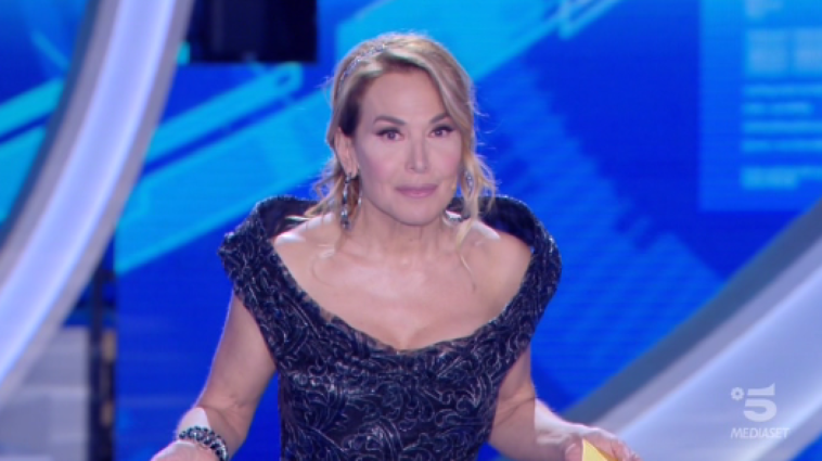 «Quel vestito era mio», Anna Valle attacca Barbara D'Urso ma poi si scopre che è un fake