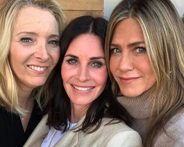 Monica di Friends compie 55 anni: selfie speciale con Rachel e Phoebe, fan impazziti