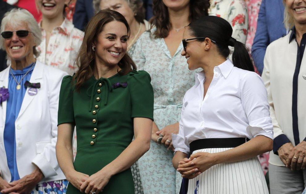 Meghan Markle e Kate Middleton sorridenti in tribuna a Wimbledon: le duchesse rivali hanno fatto pace?