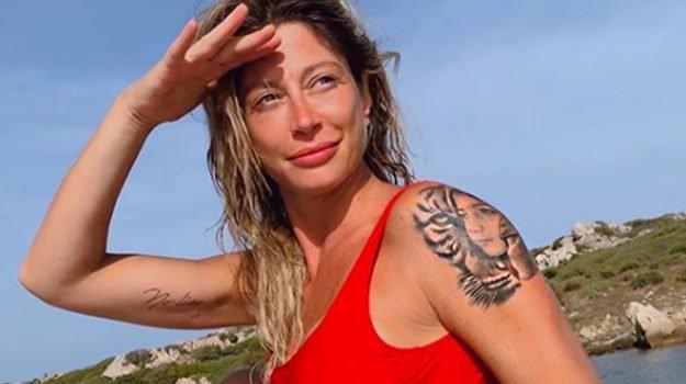 Maddalena Corvaglia, il nuovo tatuaggio non piace ai fan: «Come rovinarsi una spalla»