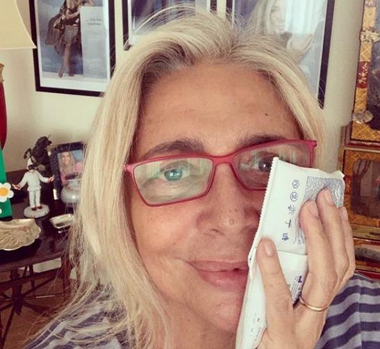 Mara Venier viene operata, poi posta la foto dopo l'intervento su Instagram. I fan: «Riprenditi»