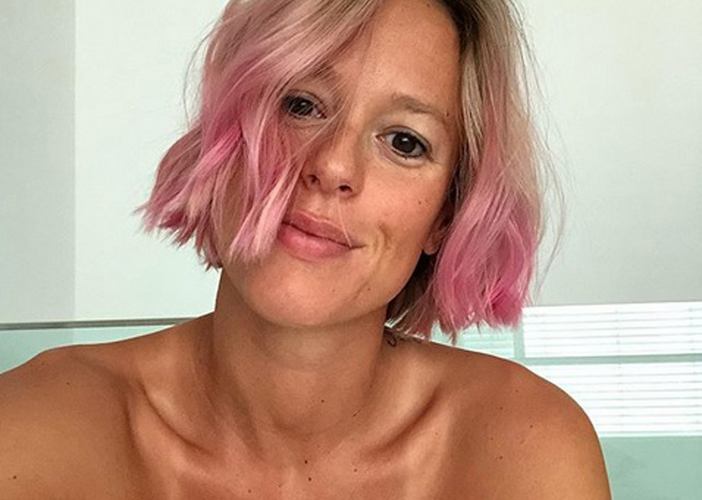 Federica Pellegrini cambia look, capelli rosa dopo il fidanzamento ufficiale: «Oops.. L'ho fatto di nuovo»