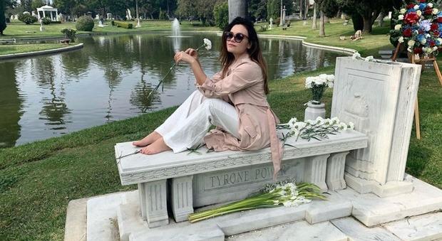 La figlia di Al Bano e Romina in posa sulla tomba del nonno, fan furiosi su Instagram: «Un po' di rispetto...»