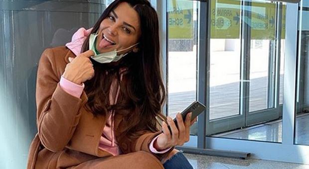 Serena Enardu e il post della mascherina per il Coronavirus. Fan in rivolta: «Non serve a nulla, fai allarmismo!»