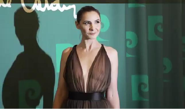 Clotilde Courau, nude-look nocciola per l'amico Pierre Cardin