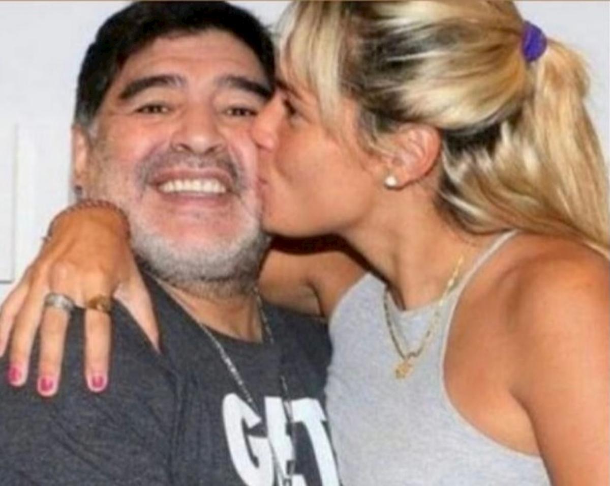 Maradona, l'ultima compagna disperata: «Non mi fanno dire addio a Diego. La moglie non mi fa entrare»