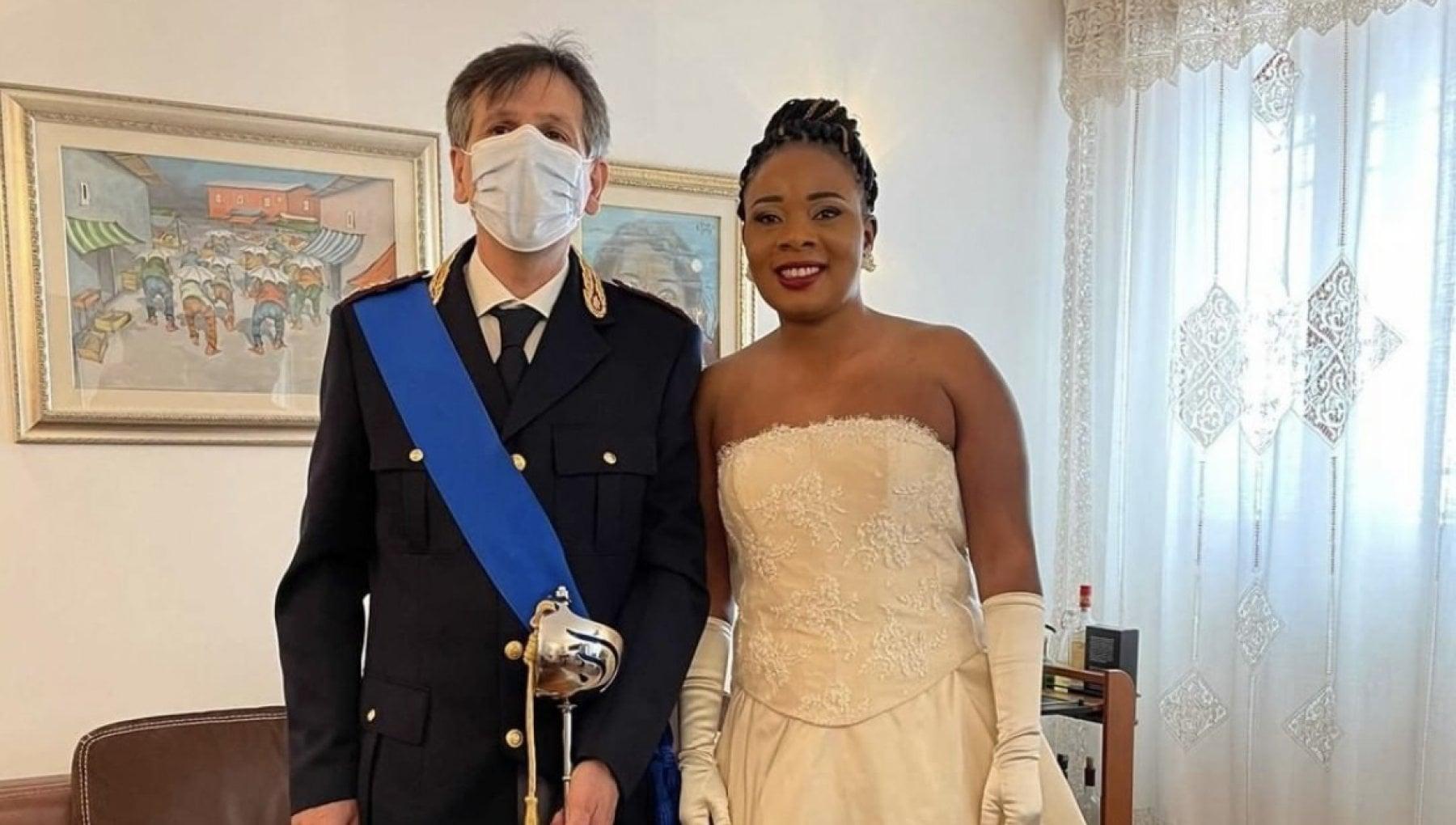 Arrivata in Italia a 13 anni, poliziotto si prese cura di lei: «Come un padre». Dopo 23 anni la accompagna all'altare