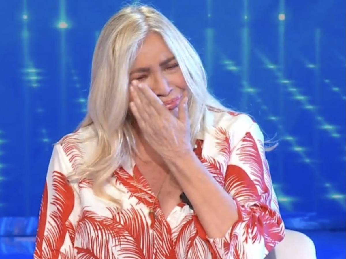 Mara Venier scoppia in lacrime in apertura di Domenica in: «Scusate, è un momento molto difficile»