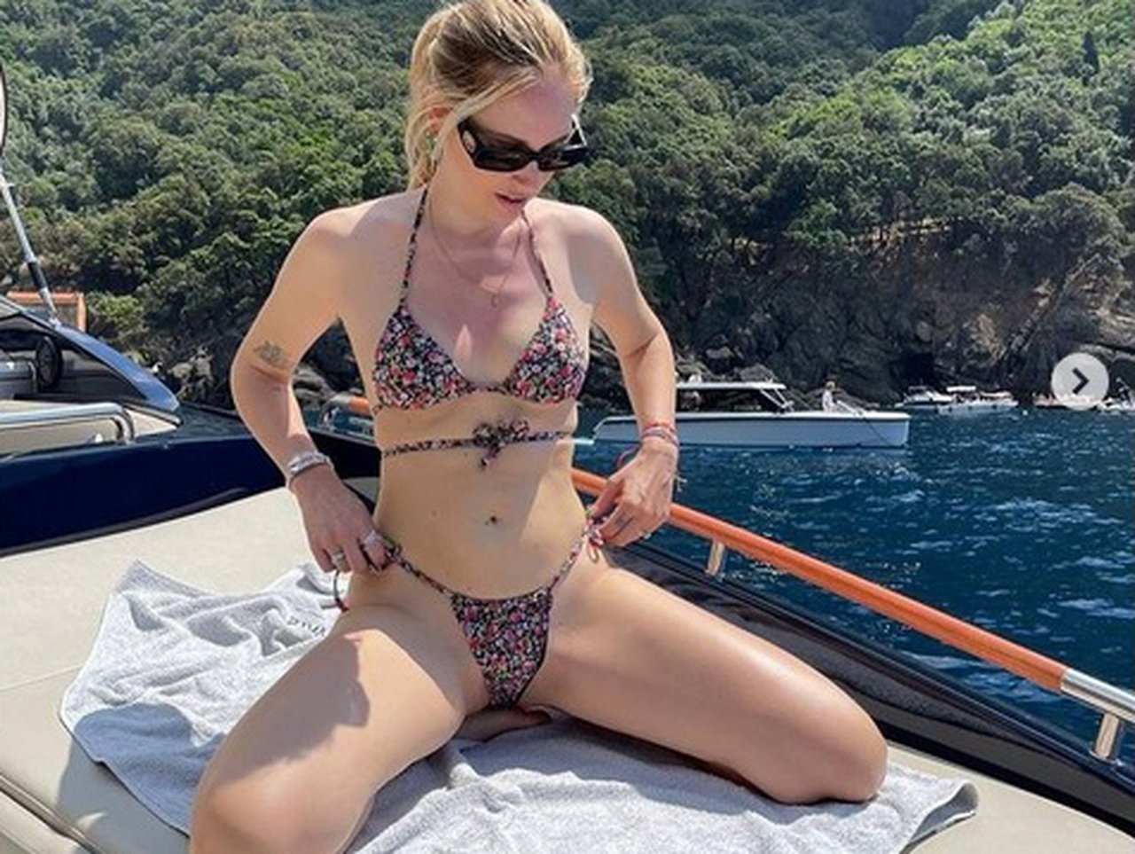 Chiara Ferragni scivolone social, la posa hot col bikini fa infuriare i fan: «Devi fare il test?!»