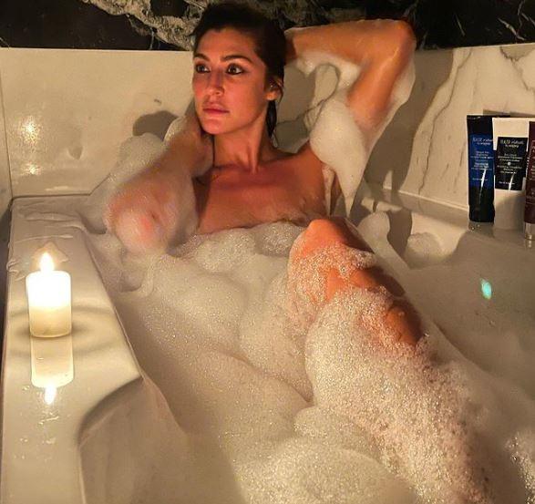 Scorci di pelle nuda nella vasca: da Elisa Isoardi a Giulia Provvedi, che spettacolo!