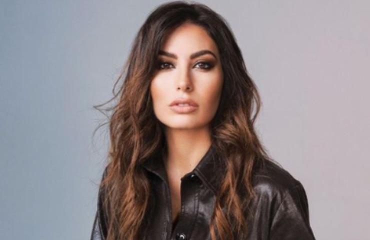 Elisabetta Gregoraci, la showgirl fuori dalla stagione televisiva 2021/22. Maurizio Costanzo commenta: «Deve fare ancora gavetta»
