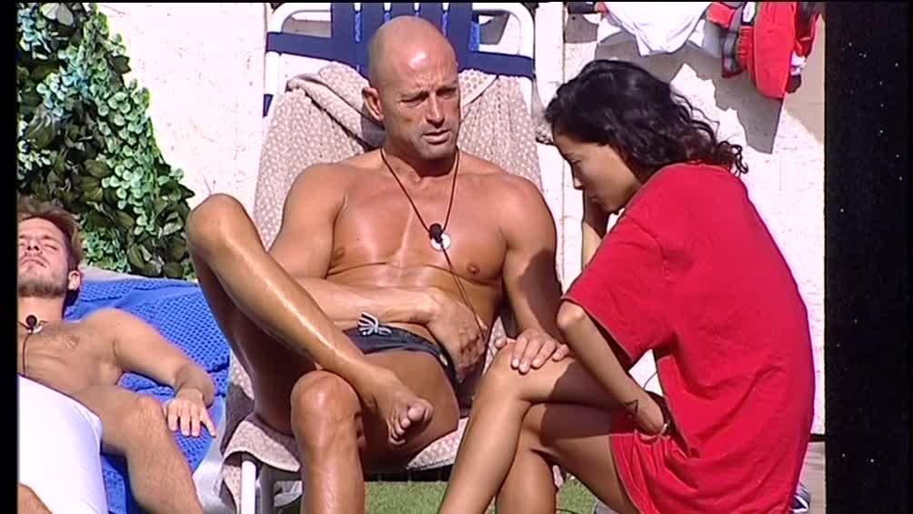 Grande Fratello Vip, Stefano consola Mariana e... allunga le mani