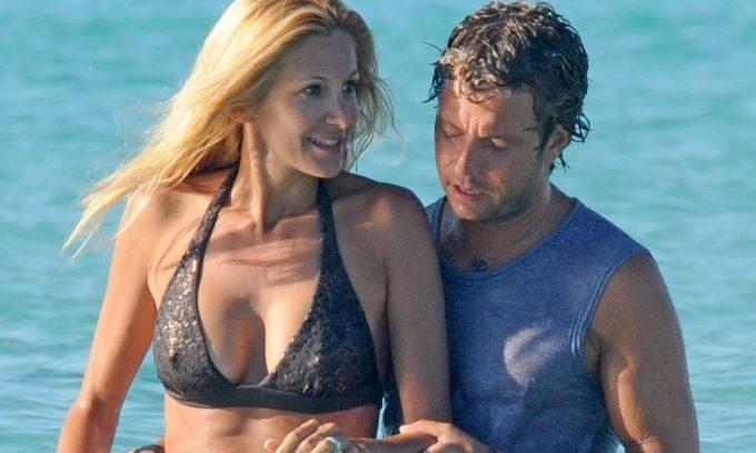 Adriana Volpe, vacanze d'inverno: al mare col marito Roberto Parli e la figlia Gisele
