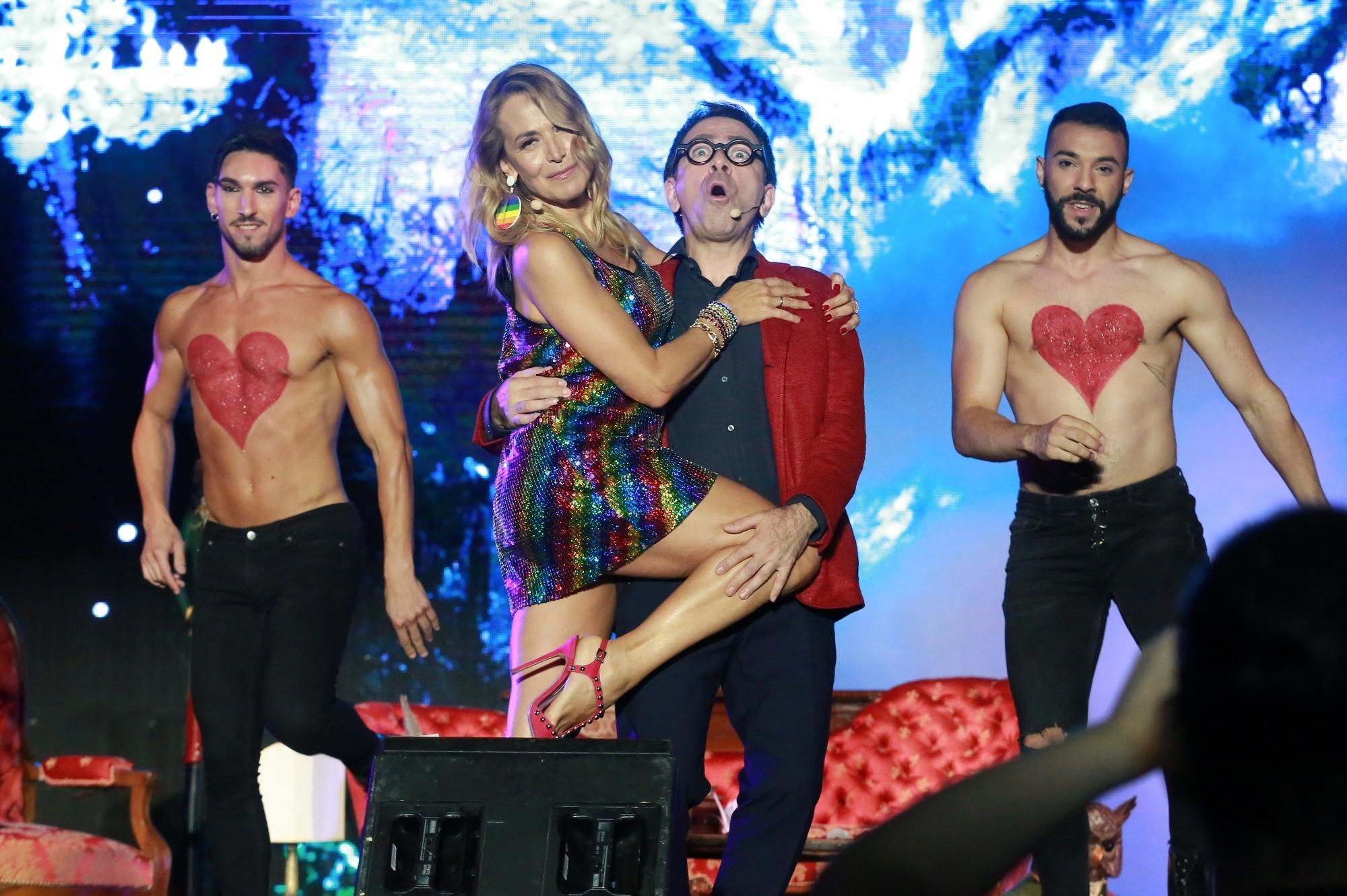 Barbara D'Urso scatenata al Gay Village: si racconta e balla