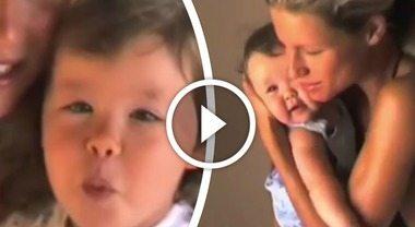 Michelle Hunziker ventenne coccola baby Aurora, il video inedito fa impazzire il web