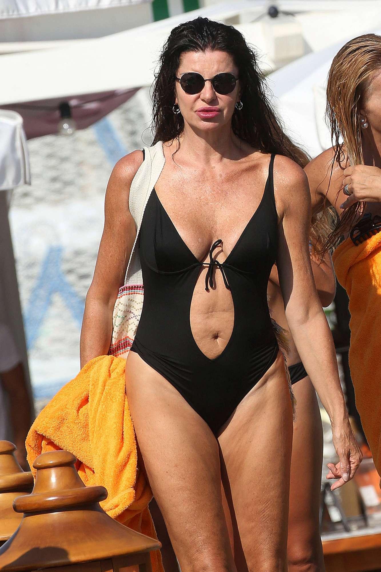 Alba Parietti, che sensualità sulla spiaggia della Versilia