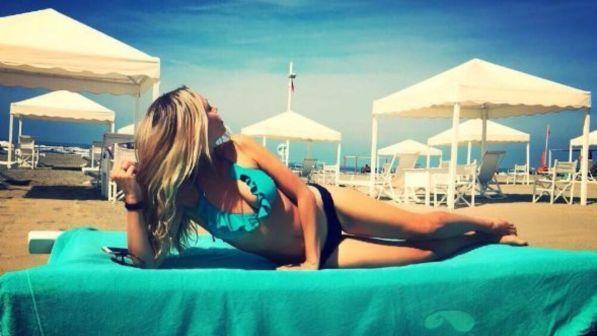 Martina Stella, mamma che bikini in Versilia