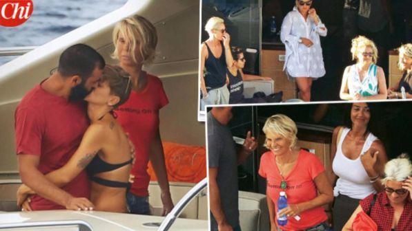 """Maria De Filippi, vacanze tra """"Amici"""": in barca con Emma e Alessandra Amoroso"""