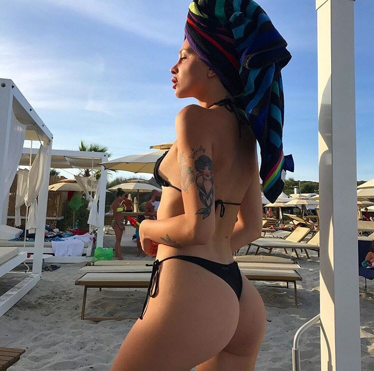 Asia Nuccetelli in vacanza in Sardegna: tanga, topless e pose hot su Instagram