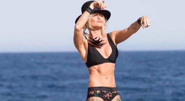 Paola Barale, 50 anni e non sentirli: in bikini sfoggia un fisico perfetto