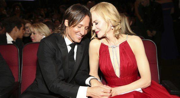 Emmy, gaffe di Nicole Kidman: «Grazie alle mie due figlie». Ma dimentica gli altri adottati