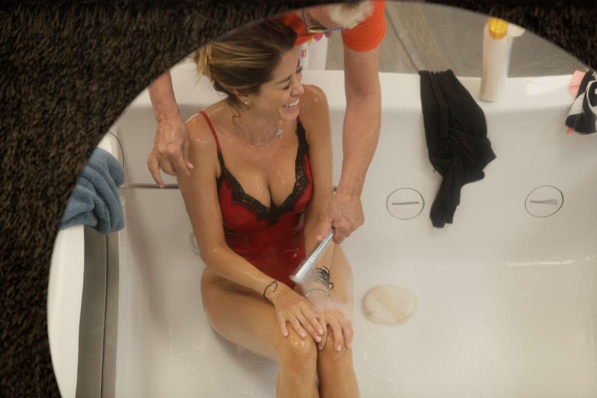 Gf Vip, Malgioglio fa il bagno ad Aida Yespica