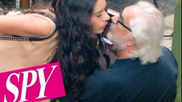 Flavio Briatore dimentica Elisabetta con una mora... e c?è anche il bacio