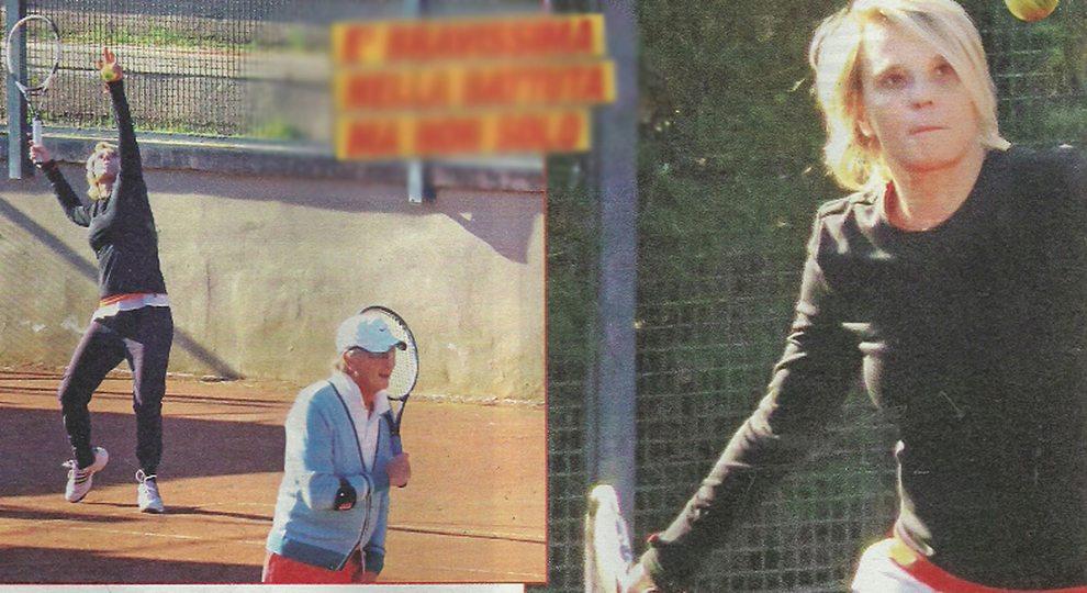Maria De Filippi lontana dalla tv, partita a tennis con gli amici. Ma poi squilla il telefonino...