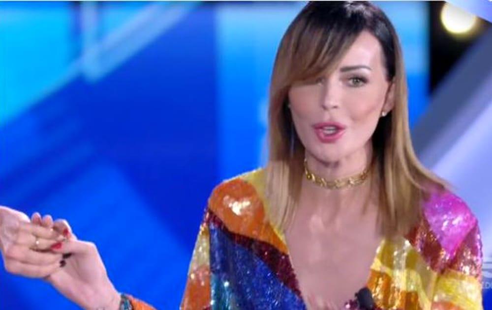 Nina Moric contro Malgioglio: «Non mi deve aiutare nessuno e del bacio di Luigi non me ne frega niente». Poi abbraccia Mariana