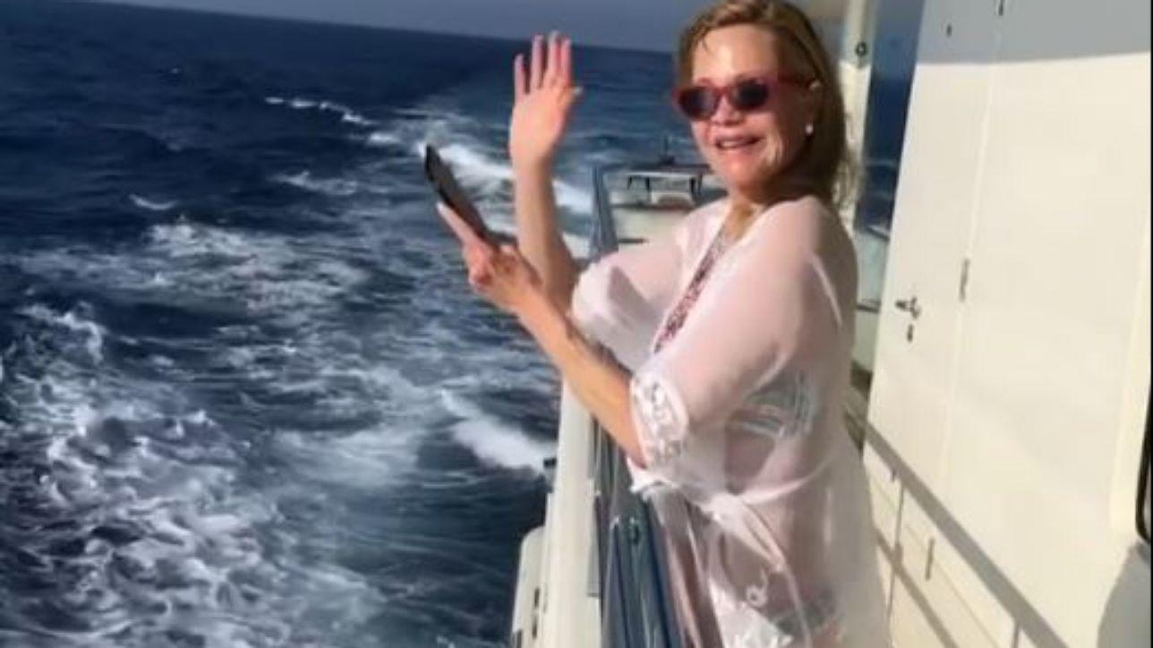 Melanie Griffith in barca in Corsica, copricostume trasparente e linea perfetta