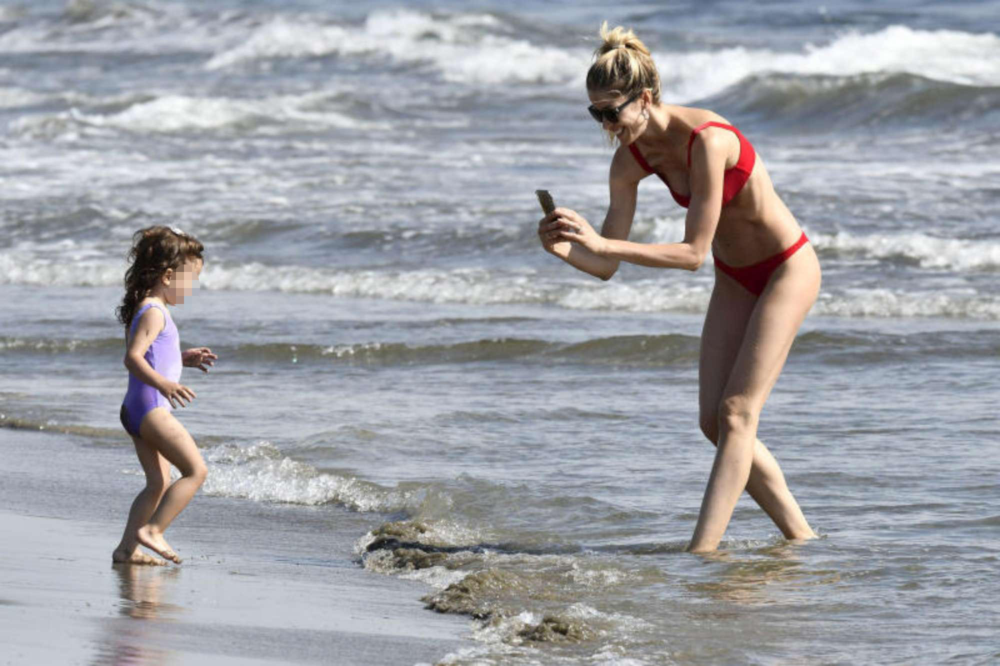 Elena Santarelli, una giornata al mare con la figlia Greta