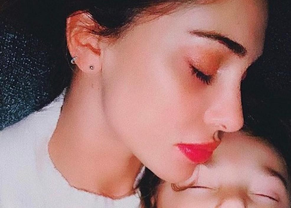 Belen, la tenera foto con Santi addormentato. Ma arriva la critica dei fan: «Neanche con tuo figlio...»