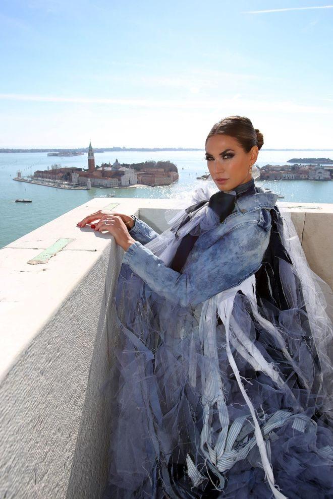 Carnevale, il volo dell'aquila di Melissa Satta. In 50mila in Piazza San Marco