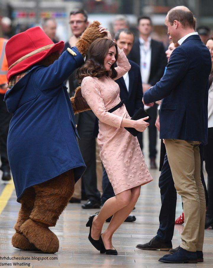 Kate Middleton e il tenero ballo con l'orso, ma ai fan non sfugge il particolare sulla gravidanza..