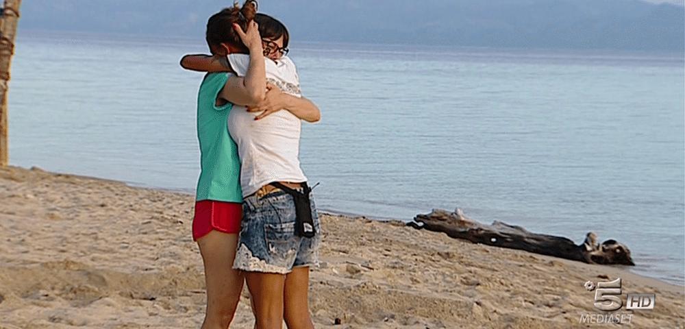 Isola. Malena, la po. rno star, vede la madre e scoppia in lacrime. Marcuzzi, appello per Samantha