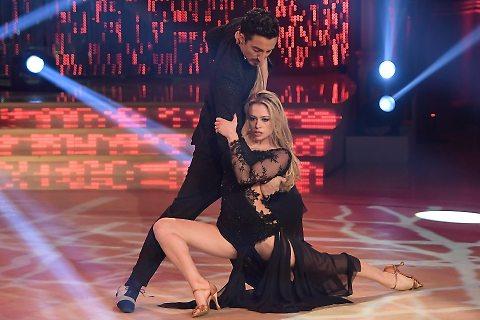 Ballando con le stelle, Martina Stella incanta sul palco ma viene eliminata