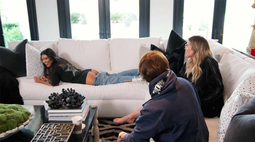 Kourtney Kardashian, rischio cellulite? La sorella Khloe le massaggia il sedere