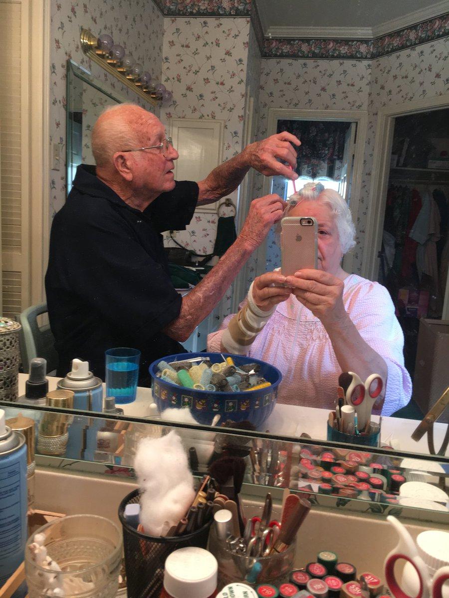 Lei si opera e il marito la pettina, coppia di anziani conquista il web