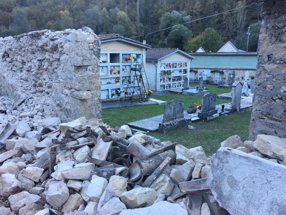 Terremoto, nel cimitero di Castelsantangelo sul Nera le bare sono uscite dai loculi