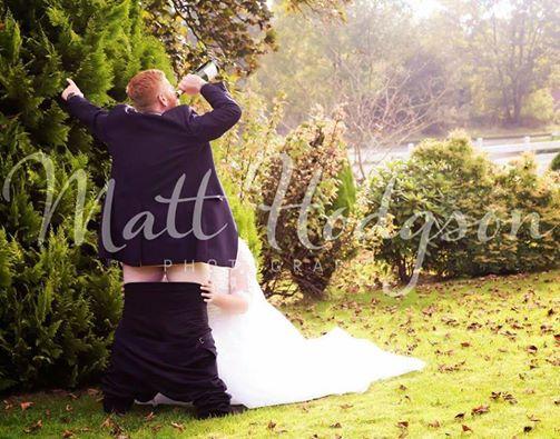 La foto h0t del matrimonio va su Fb, sposini attaccati sul web