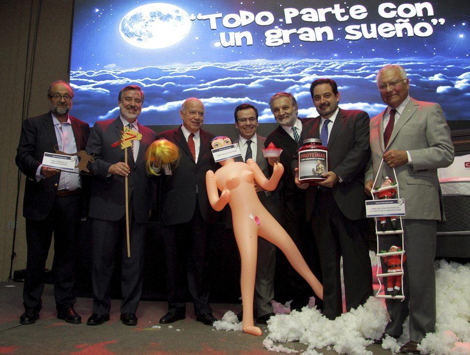 Una bambola gonfiabile in regalo al ministro: risate sul palco, poi le scuse