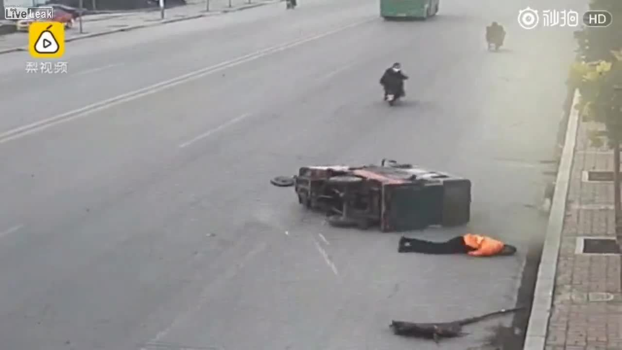 Spazzino travolto sul ciglio della strada: nessuno si ferma a soccorrerlo e lui muore