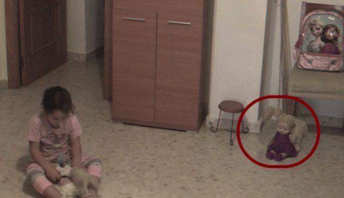 Papà mette telecamera in casa per controllare la figlia: quello che scopre lo terrorizza