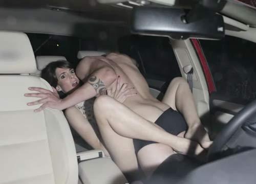 Se. sso sfrenato in auto, ma arriva la polizia e filma tutta la scena